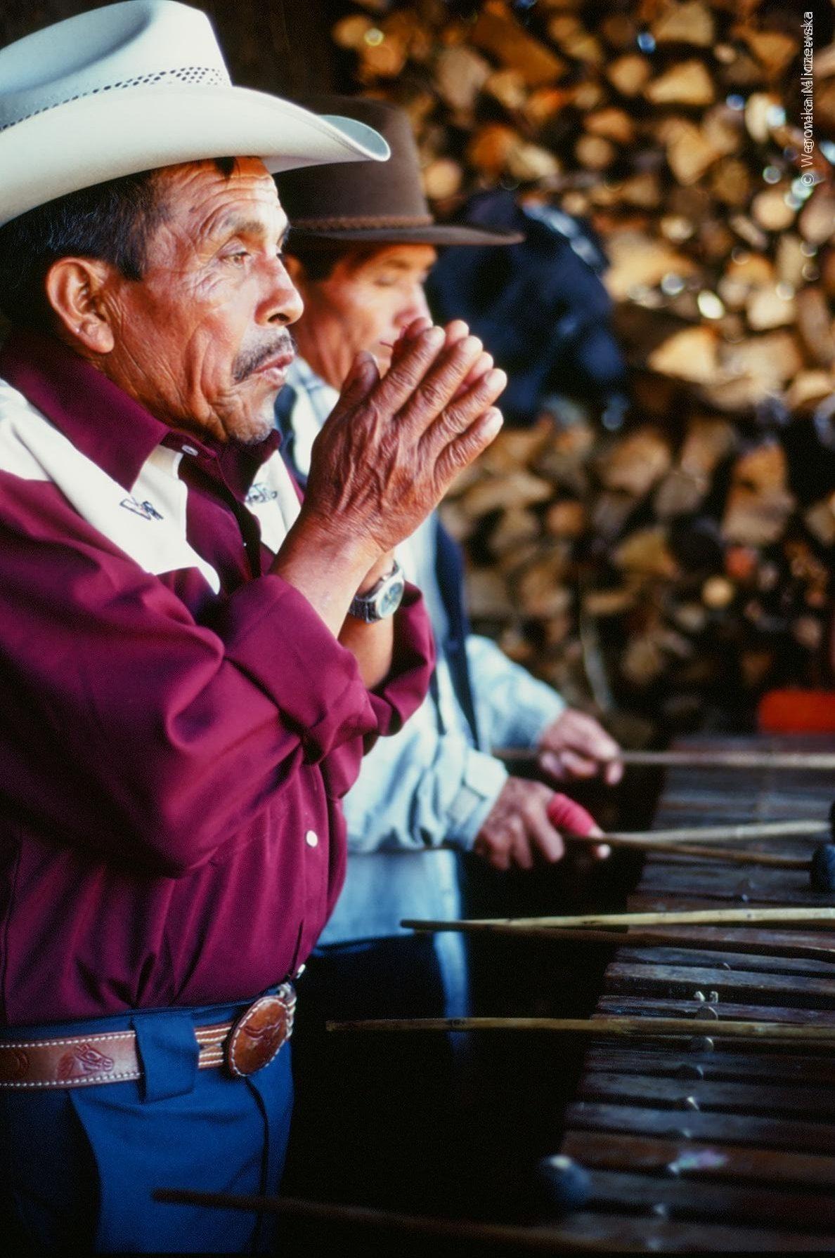 Modlitwa jednego z grajków przed wygrywaniem melodii na świętym instrumencie marimba. Dźwięk według Majów tworzy przestrzeń wokół nas. Gwatemala, fotografia: Weronika Mliczewska.